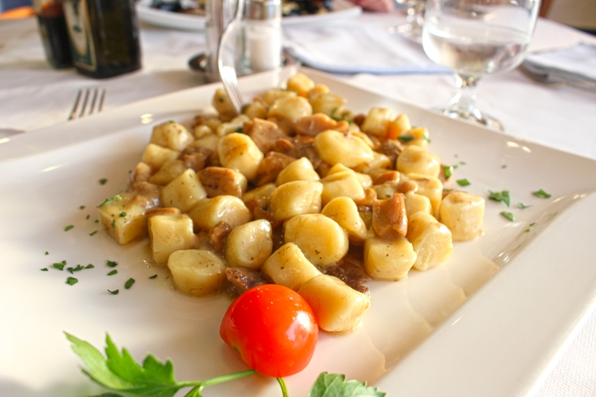 gnocchi ai fungi at a restaurant down the street from the hotel. It would have been a pleasant meal were it not for the open window. During the spring, cotton-like pollen blows into the town, almost coating it at times like snow. At around dusk, when this is at it's worst, dining al fresco can be a challenge.